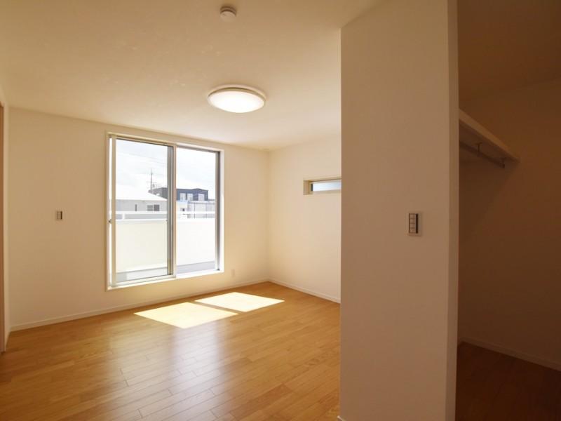 11号地:10帖もの広さの寝室。2箇所にウォークインクローゼットがあります。