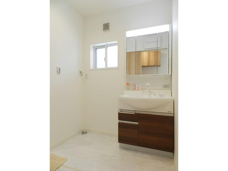 3号地洗面所:シャワー付洗面化粧台が備え付けてあります。