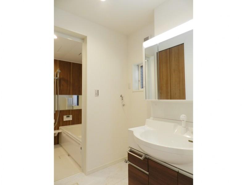 4号地洗面所:シャワー付洗面化粧台が備え付けてあります。