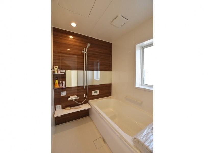 11号地:落ち着いた色合いの浴室は日々の疲れを癒やす空間
