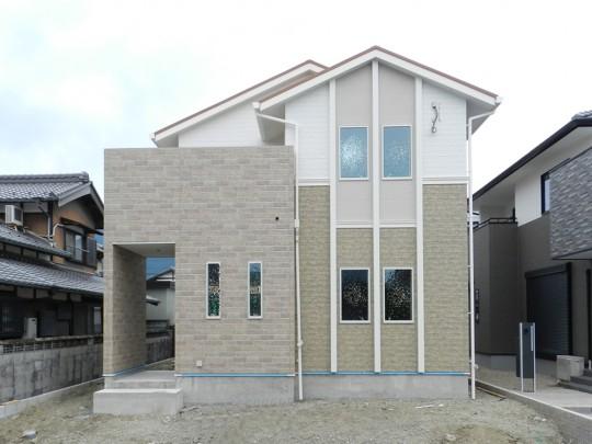 1号地外観(建築中):ナチュラルテイストでエレガントな外観。駐車は3台可能!(車種による)