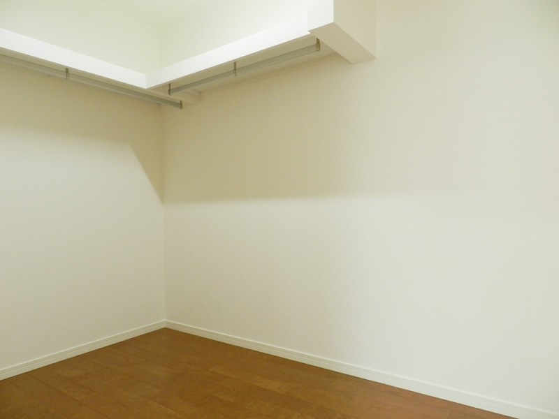 4号地ウォークインクローゼット:3帖と大容量の収納スペースは、ハンガーパイプ付きなので大切な衣類を掛けておくことが出来ます。