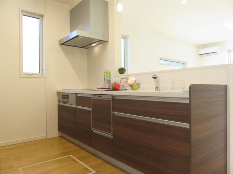 1号地キッチン:対面式キッチンは、食洗器もついているので、家事も楽々♪