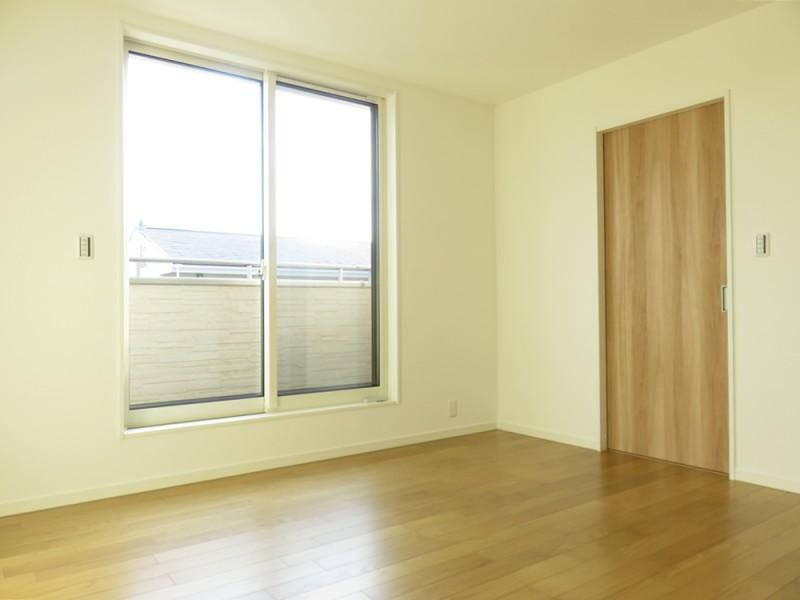 1号地主寝室:陽当たり良好の南向きのバルコニーへと繋がっています。