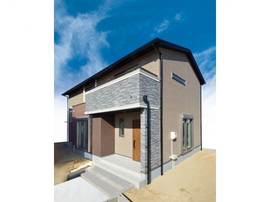 4号地外観:凹凸のある石目調×白のラインがアクセントの、ブラウンを基調としたナチュラルモダンな外観。木目調の外壁が、アンティークな趣を演出。