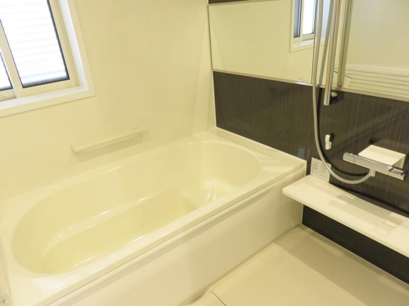 1号地浴室:ご家族の1日の疲れを癒してくれる、落ち着いた色合いの浴室。