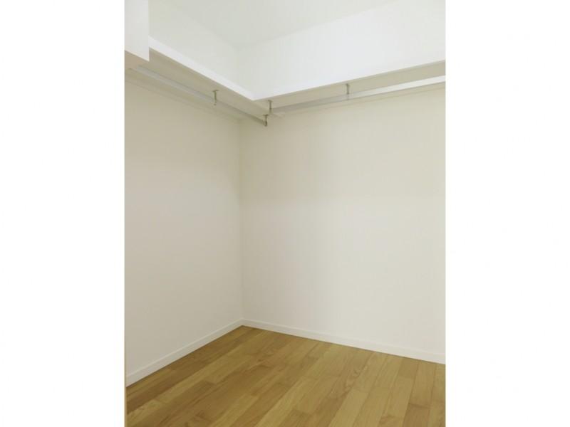 1号地ウォークインクローゼット:主寝室にはウォークインクローゼットを設けました。ハンガーパイプ付なので、大切な衣類を掛けておくことが出来ます。