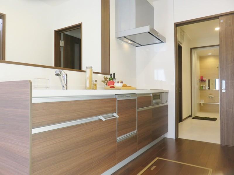 1号地キッチン:キッチンから洗面・浴室が一直線になっている、家事動線の良いプラン。