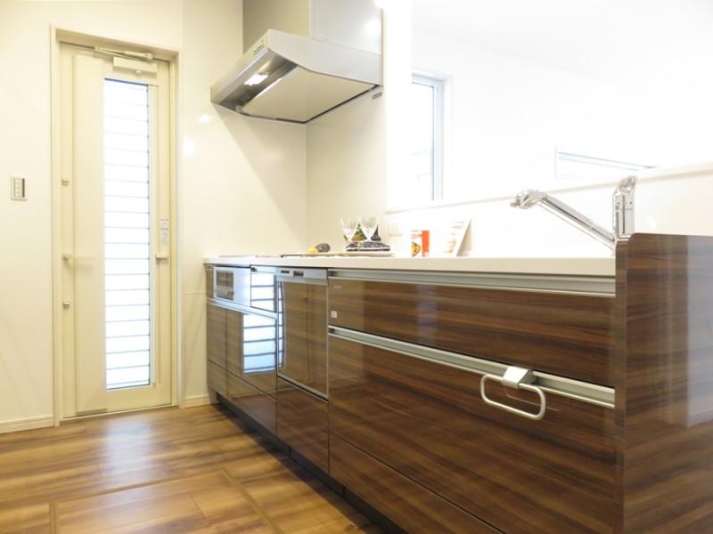 2号地キッチン:対面式になっているので、ご家族を見守りながら家事が出来ます。また、食洗器もついているので、家事も楽々です♪