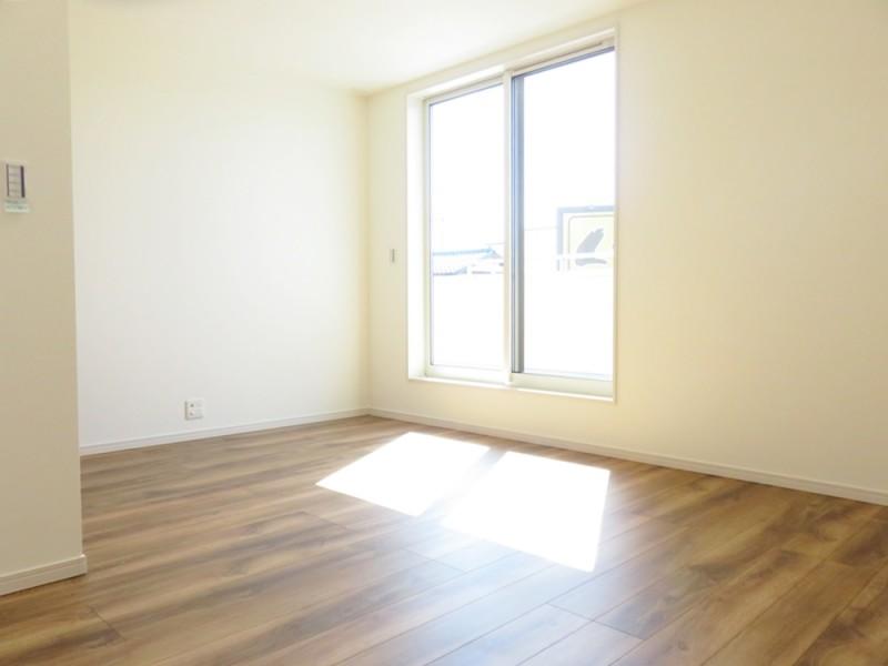 2号地主寝室:南向きの陽当たり良好のバルコニーへと繋がっています。