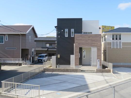1号地外観:社内コンテスト参加物件!特別仕様になっております!建物正面から見ると、モノクロ×木目の立体的でシンプルモダンな外観。