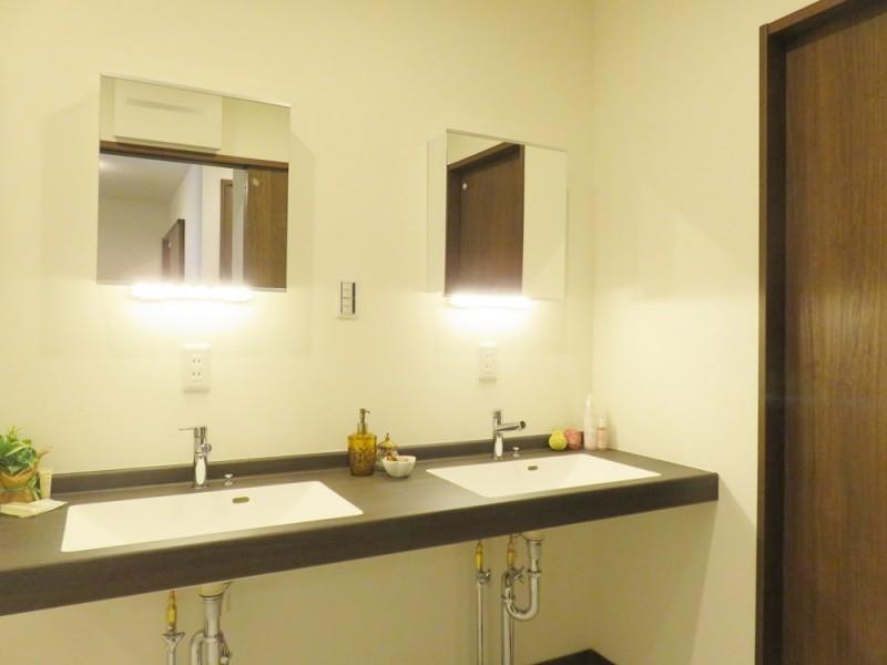 1号地洗面所:おしゃれなツインの洗面台。忙しい朝の身支度も、これでスムーズになります!