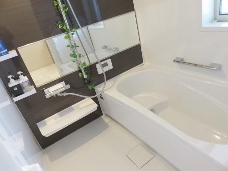 2号地浴室:落ち着いた色合いの浴室は、1日の疲れを癒してくれます。