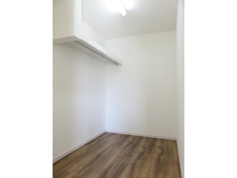 2号地ウォークインクローゼット:3帖と大容量の収納スペースは、ハンガーパイプ付きなので大切な衣類を掛けておくことが出来ます。