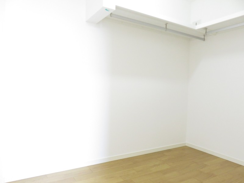 4号地ウォークインクローゼット(主寝室):3帖と大容量の収納スペース。ハンガーパイプ付なので、大切な衣類を掛けておくことが出来ます。