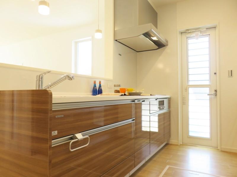 4号地キッチン:対面式のキッチンは、リビングまで一直線になっているので、ご家族を見守りながら家事が出来ます。