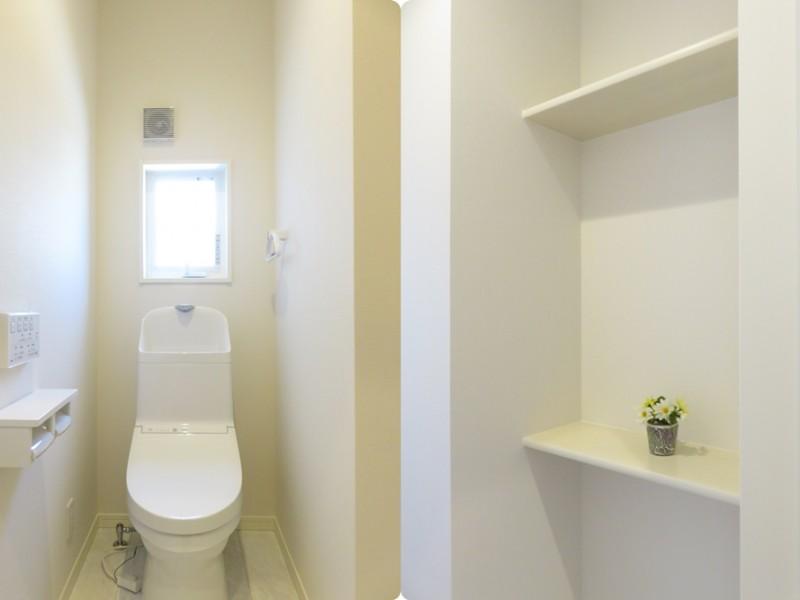 4号地トイレ:トイレに棚を設けました。トイレ用品等を収納するのに便利です。