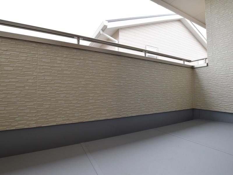 バルコニー(主寝室):屋根のあるインナーバルコニーになっているので、外出中の急な雨でも安心です。