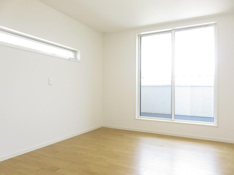 4号地主寝室:陽当たりの良いバルコニーへと繋がっています。