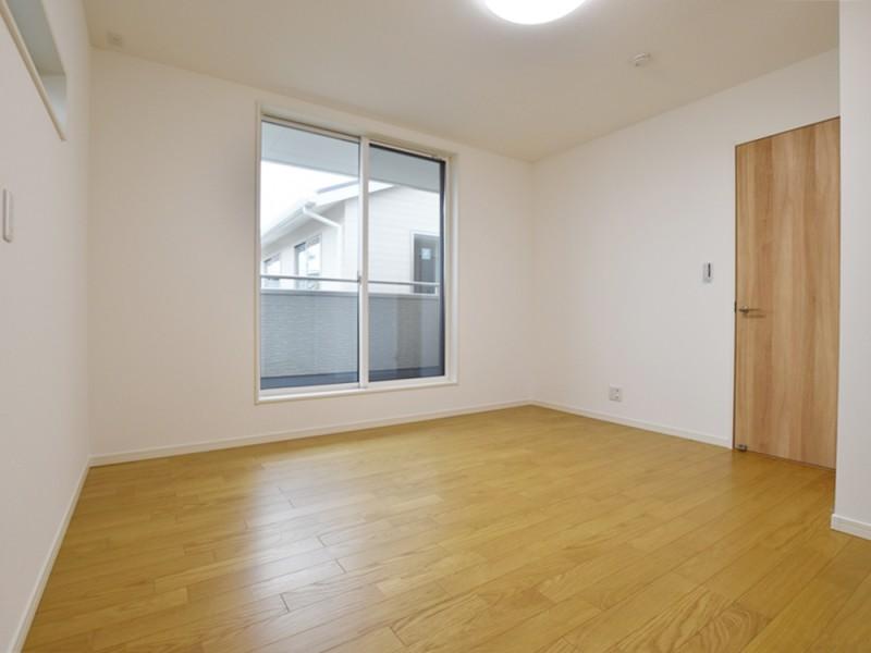 4号地主寝室:南向きのバルコニーへと繋がっています。