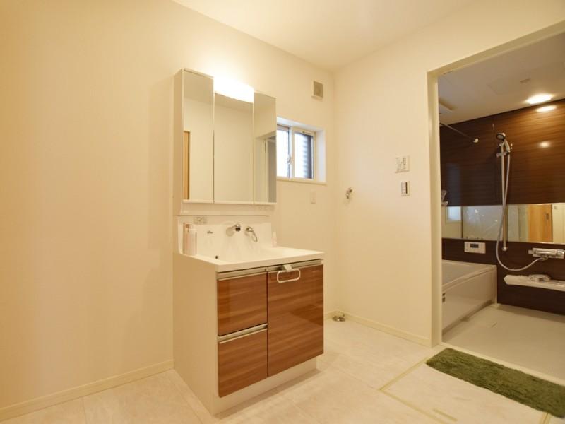 4号地洗面所:シャワー付洗面化粧台が備え付けてあります。また、廊下からもキッチンからも出入り可能なので、とっても便利です。