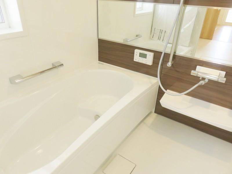 4号地浴室:落ち着いた色合いの浴室は、ご家族の1日の疲れを癒してくれます。