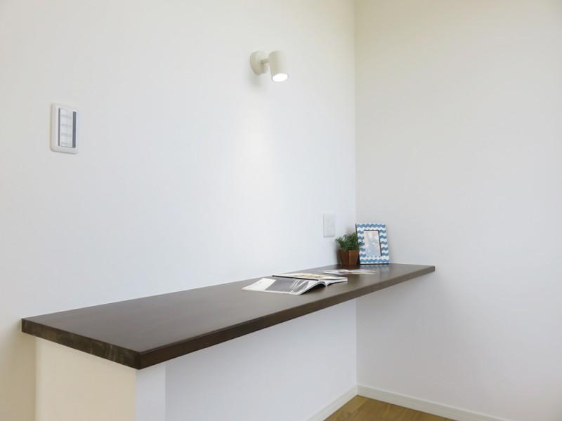 2号地カウンター:主寝室にはカウンターを設置。 デスクワークにも対応できるお部屋です。