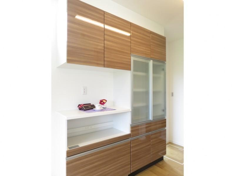 1号地カップボード:キッチンにはカップボードを備え付けました。ご家族の食器をたっぷり収納することが出来ます。