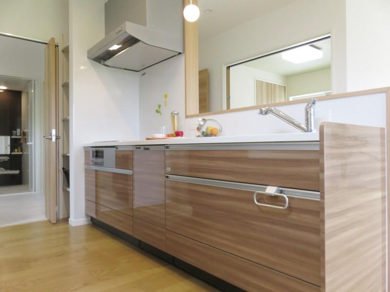 1号地キッチン:水回りが一直線になっているの家事動線の良いプラン。対面式キッチンは食洗機も付いているので、家事も楽々♪