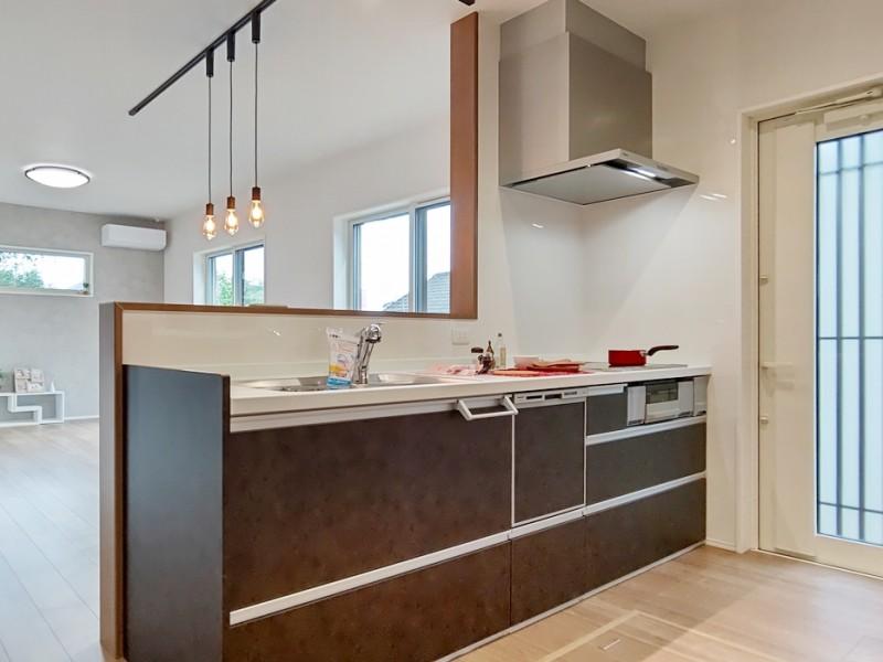 2号地キッチン:対面式のキッチンなので、リビングまで見渡せます。食洗器もついているので、家事も楽々♪