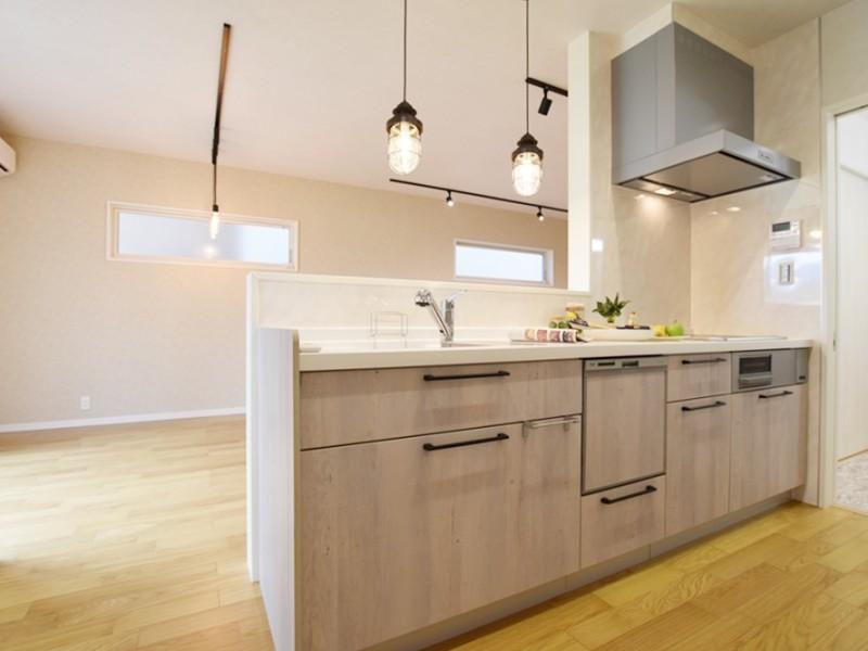 1号地キッチン:キッチンから洗面所・浴室まで一直線になっている、家事動線の良いプラン。