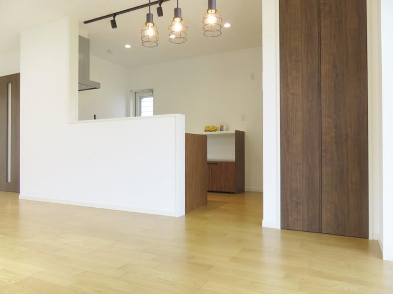 2号地ダイニング:キッチン横の収納はパントリーとしても活躍してくれます!
