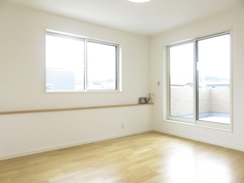 1号地主寝室:ベッドヘッドに当たるカウンターは、スマホを充電したり時計等の小物を置けたり便利です。