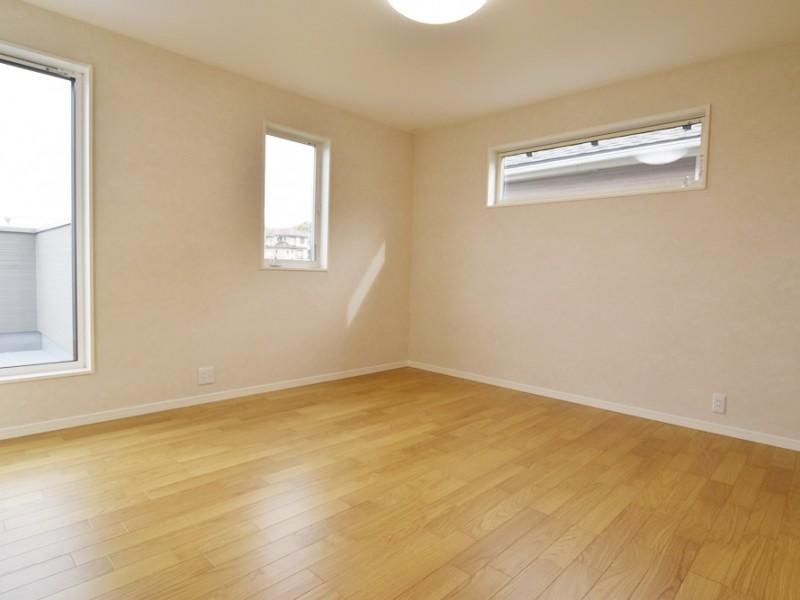 1号地主寝室:8.5帖のゆとりある寝室です。