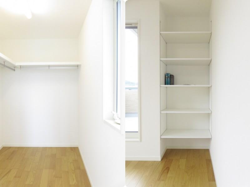 主寝室収納:主寝室には大容量のウォークインクローゼット+可動棚があり、収納力抜群です!