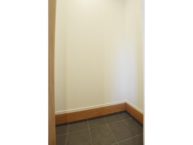 1号地土間収納:玄関に土間収納を設けました。ベビーカーやガーデニング用品等を収納しておくことが出来ます。