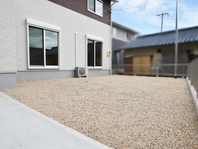 1号地庭:南には広々としたお庭があります。来客がある時は駐車スペースにもなります。