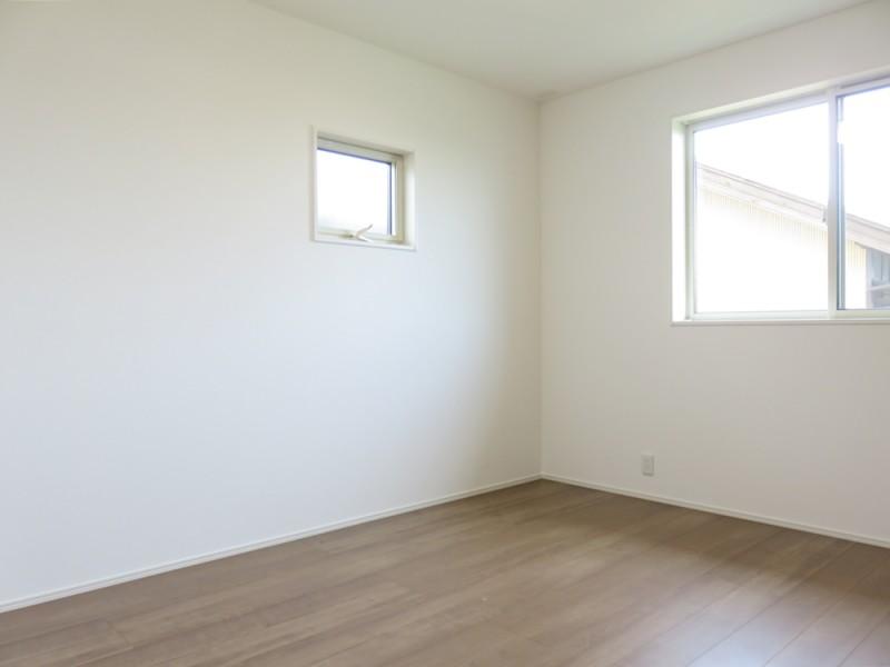 2号地洋室2:各洋室にもクローゼットが備え付けてあります。