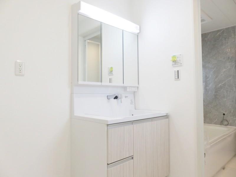 2号地洗面所:清潔感溢れる白を基調とした脱衣所