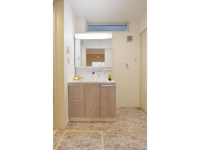 1号地洗面所:シャワー付洗面化粧台が備え付けてあります。