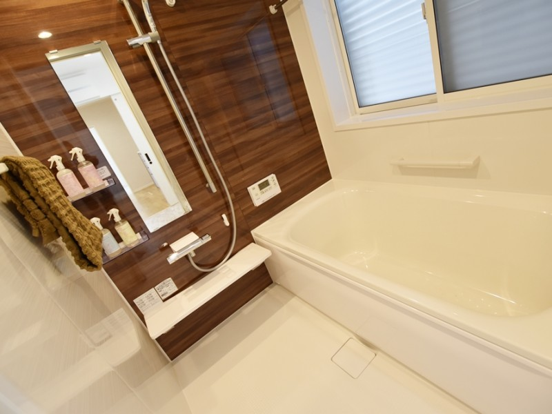1号地浴室:ブラウン基調の壁が落ち着く浴室です。