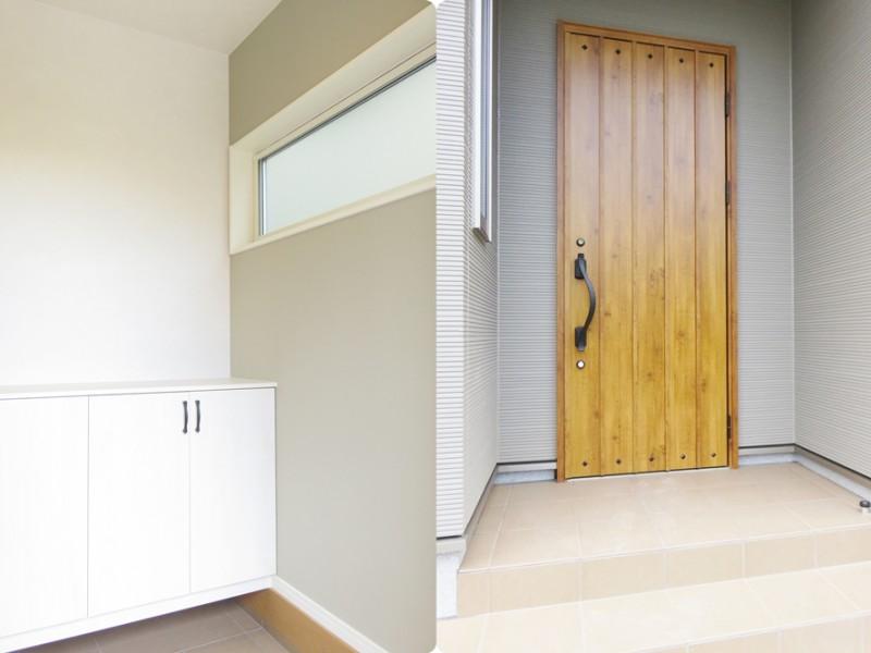1号地玄関:落ち着いた木目の玄関扉。中には靴箱が備え付けてあります。