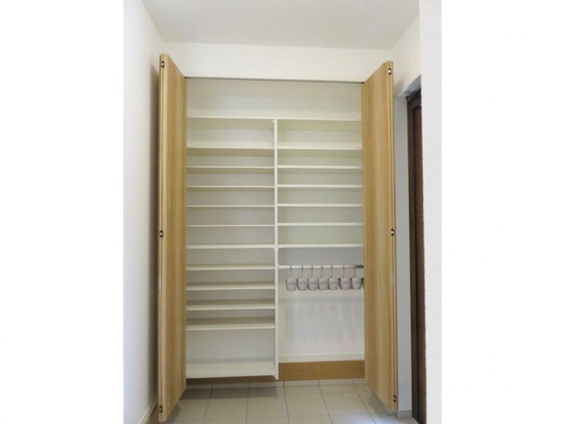 1号地玄関:大容量のシューズクロークを設けました。ブーツハンガーも付いていてとっても便利!玄関をいつもキレイに保てます。