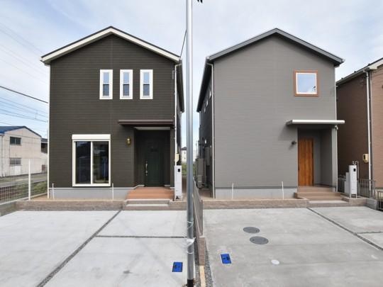 街並み:①号地(右側)シンプルモダンな外観。②号地(左側)木目調のアメリカンテイストのお家。