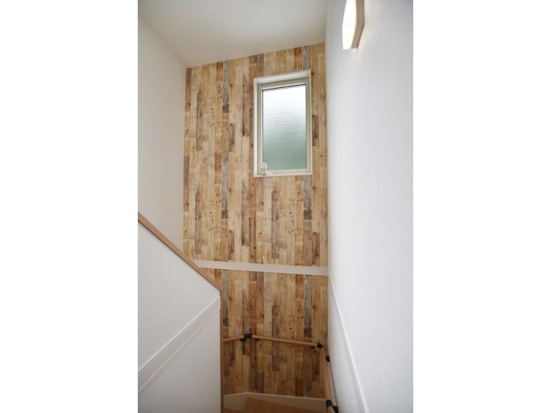 1号地階段:階段にも、玄関と同じ木目の壁紙を貼りました。