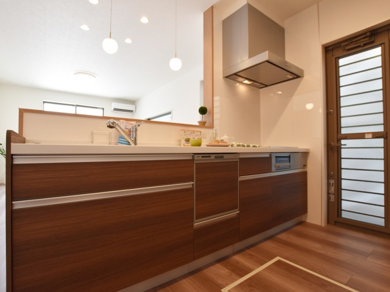4号地キッチン:対面式のキッチンは、食洗機が備え付けてあるので家事も楽々♪