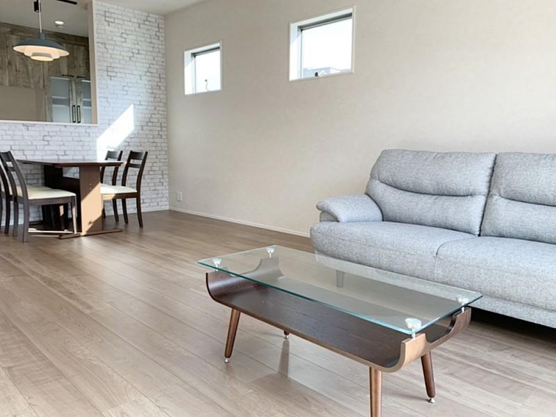 1号地LDK リビングダイニングは、ご家族にとっての憩いの空間。壁紙は玄関に合わせてレンガ調にしました。