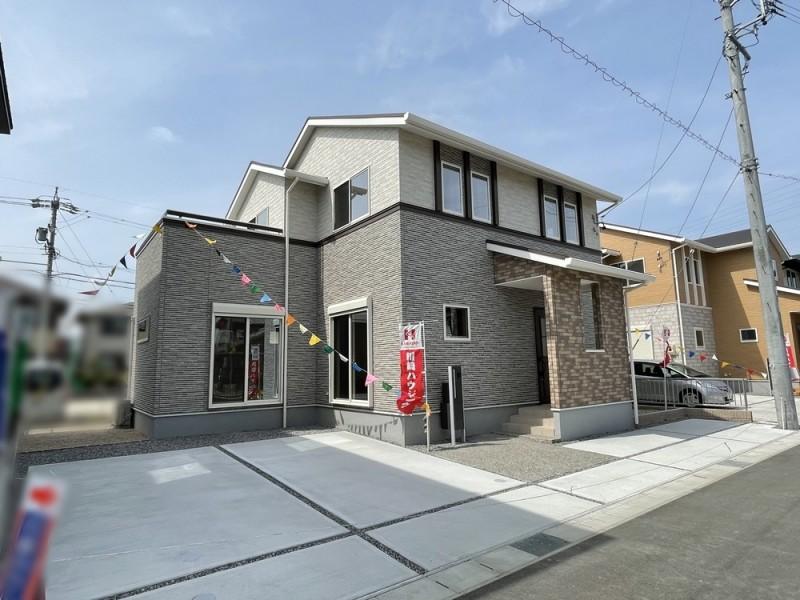 2号地外観 深みのあるアンティークレンガ×石積み柄の繊細な陰影が、住宅に温かみのあるナチュラル感を醸し出します。