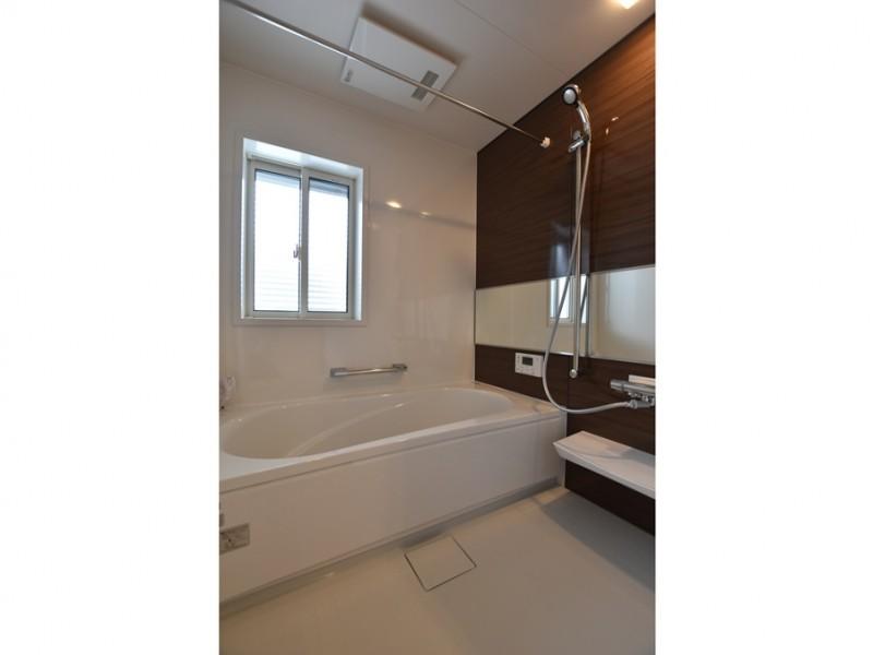 1号地 落ち着いた色合いの浴室は、ご家族の1日の疲れを癒してくれます。