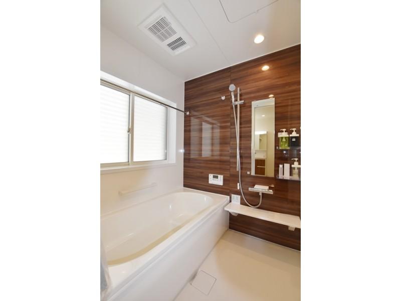 2号地 落ち着いた色合いの浴室